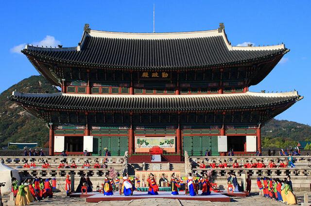 Khung cảnh tái hiện lại các nghi thức triều đình xa xưa diên ra ở cung điện Gyeongbokgung Palace