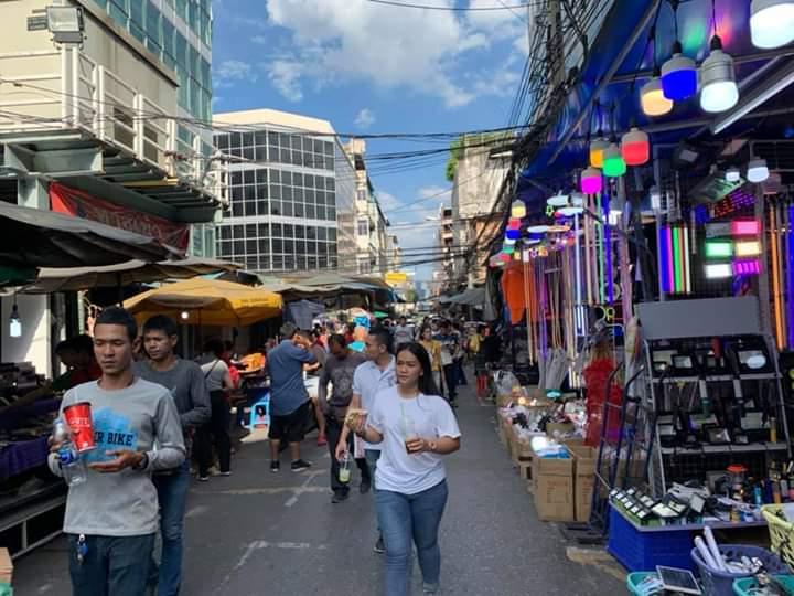 Chợ bán đồ chơi, phụ tùng xe máy KlongThom ở Thái Lan