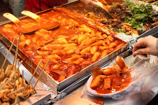 Tteokbokki Hàn Quốc hấp dẫn du khách bởi màu đỏ bắt mắt, nước sốt sánh quyện cùng khói tỏa nghi ngút
