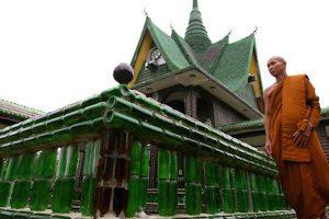 Khám phá ngôi đền Wat Pa Maha Chedi Kaew được làm bằng chai ở Thái Lan