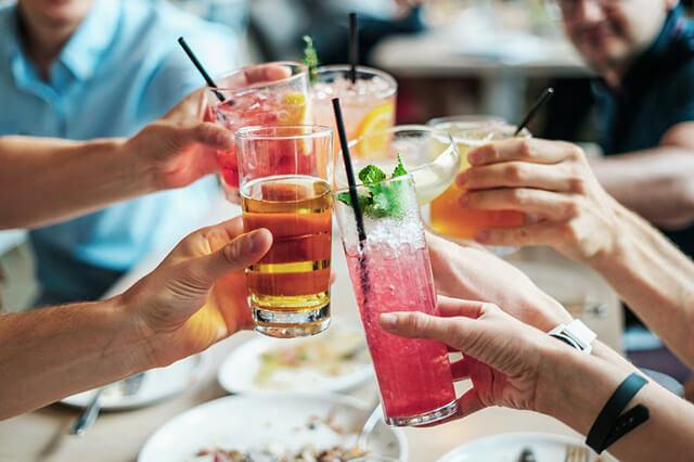 Chỉ mua và sử dụng đồ uống có cồn tại những cơ sở có giấy phép của chính quyền địa phương