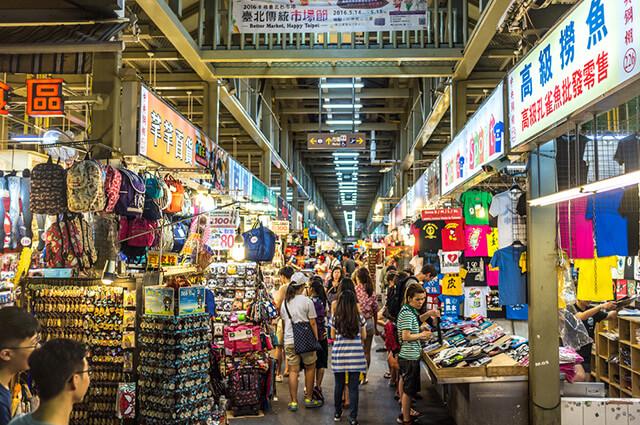 Du lịch Đài Loan bạn không thể bỏ qua những khu chợ đêm sầm uất, náo nhiệt, bày bán vô số mặt hàng với mức giá siêu rẻ