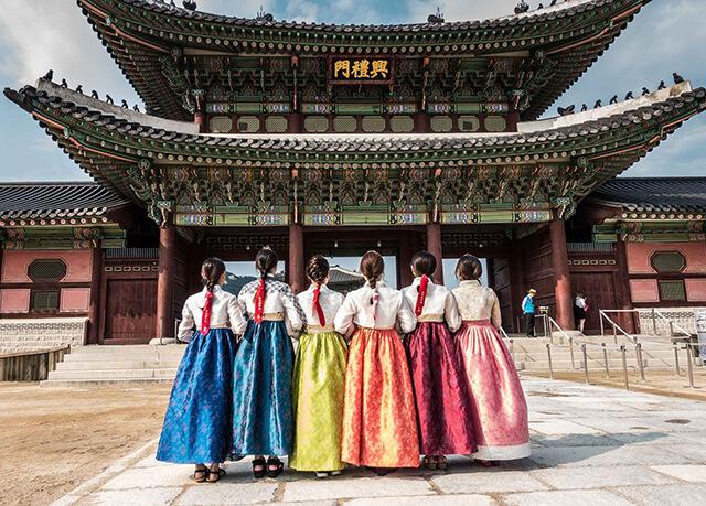 Chụp ảnh với Hanbok tại cung điện Gyeongbokgung