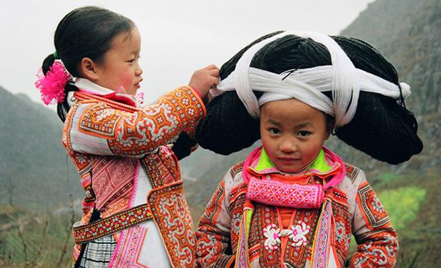 Những em bé của dân tộc Miêu sừng dài tại Quý Châu, Trung Quốc