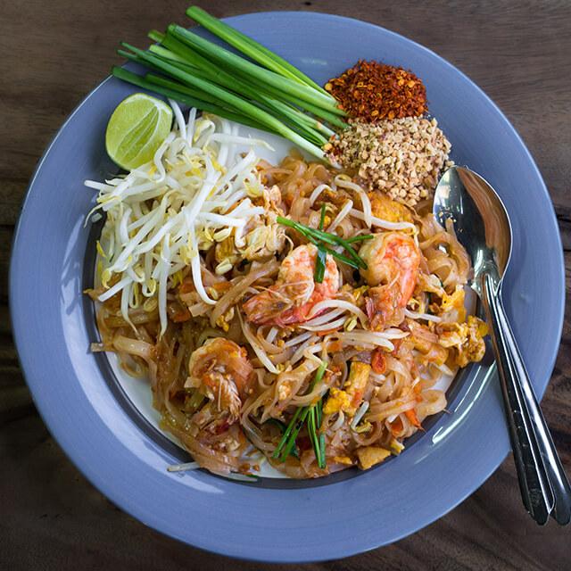 Trong chuyến du lịch Thái Lan bố mẹ luôn kiểm tra độ cay món ăn trước khi cho trẻ ăn