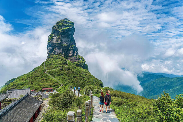 Với địa hình đồi núi cùng thảm thực vật phong phú nên khí hậu Quý Châu khá dễ chịu, nhiệt độ trung bình 17-28 độ C