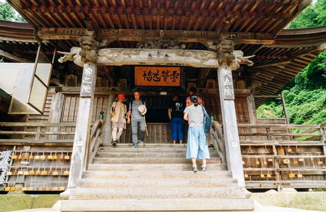 Chọn lựa trang phục lịch sự, kín đáo khi tham quan các ngôi chùa trong chuyến du lịch Nhật Bản