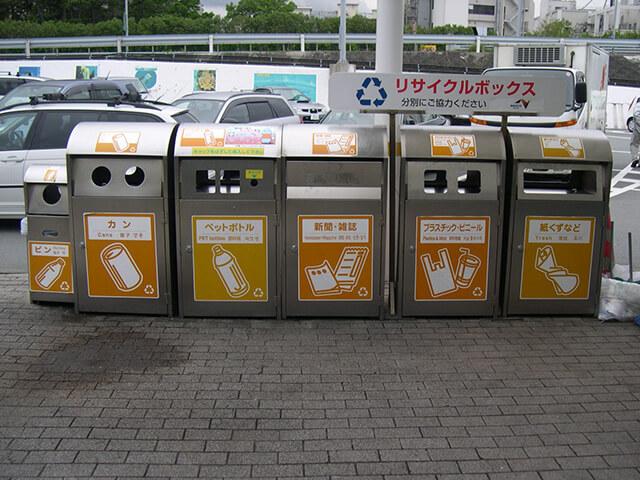 Vứt rác và phân loại rác theo đúng quy định khi du lịch Nhật Bản