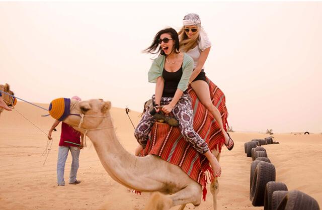 Lựa chọn trang phục thoải mái, thấm hút mồ hôi khi ghé thăm sa mạc Sarafi trong chuyến du lịch Dubai