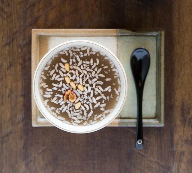 Nước gạo Sikhye là thức uống truyền thống được chế biến từ nhiều loại ngũ cốc quen thuộc, có tác dụng tiêu hóa tốt