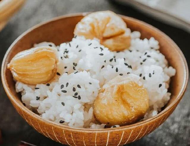 Người Nhật thường ăn kèm gạo mới Shinrai cùng hạt dẻ hoặc nấm Matsutake để cảm nhận hết hương vị tự nhiên