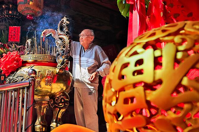 Đi lễ chùa là hoạt động phổ biến của người dân xứ Đài trong ngày tết
