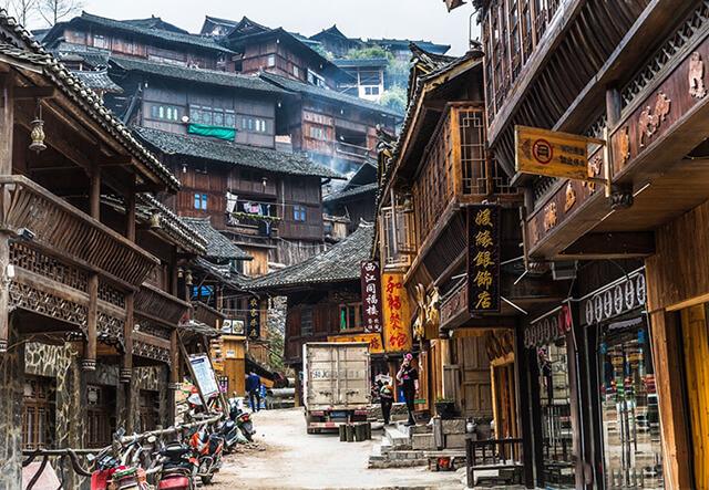 Những căn nhà gỗ ngói âm dương chạy dọc, mọc san sát nhau là hình ảnh đặc trưng của Tây Giang Miêu Trại