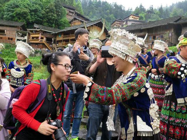 Sự đón tiếp nồng hậu của những cô gái Miêu với du khách khi ghé thăm Tây Giang Miêu Trại