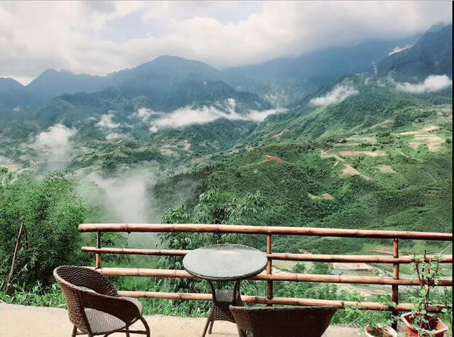 Đứng ở Valley View Homestay du khách trong tour Sapa có thể gói trọn khung cảnh nùi đồi vào tầm mắt