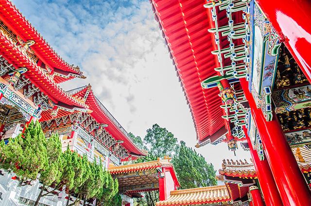 Kiến trúc của Văn Võ Miếu được xây theo phong cách đền đài miền Bắc Trung Quốc, nổi bật với các trụ cột màu đỏ, mái ngói âm dương cong xếp chồng lên nhau
