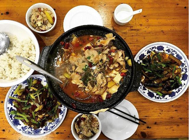 Lấu cá cay là đặc sản nổi tiếng tại Phượng Hoàng cố trấn, chế biến từ cá tươi của sông Đà Giang