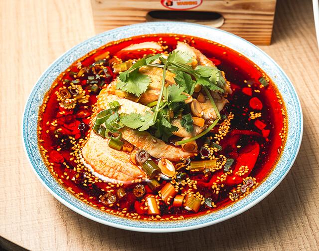 Nhiều dầu mỡ và cay là những đặc trưng ẩm thực tại Phượng Hoàng cố trấn