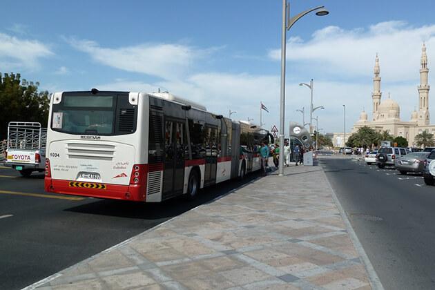Nếu muốn đi tour du lịch Dubai giá rẻ bạn nên chọn di chuyển bằng các phương tiện công cộng