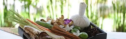 nước tẩy lọc gan, nước mùi tỏi, nước súp rau, nước cà rốt hay nước dừa