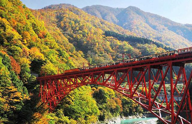 Du lịch Nhật Bản mùa lá đỏ bạn nên ghé đến kẻm núi Kurobe để chiêm ngưởng cảnh quan tráng lệ và lãng mạn của thiên nhiên nơi đây