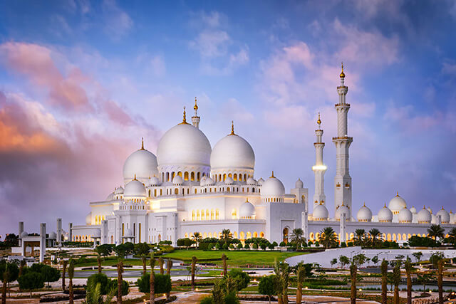 Thánh đường màu trắng Sheikh Zayed là công trình tôn giáo có ý nghĩa đặc biệt quan trọng với các tìn đồ Hồi giáo địa phương