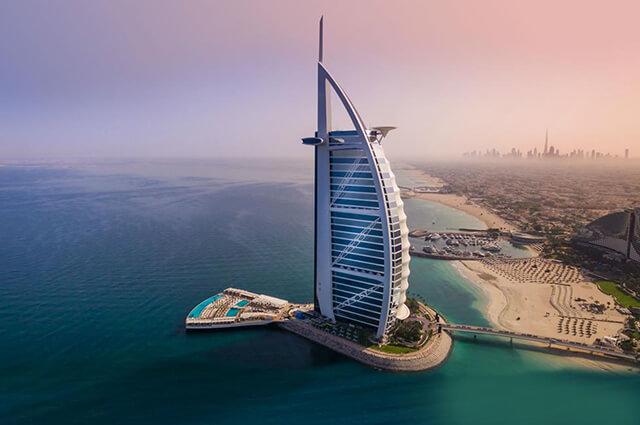 Khách sạn Burj Al Arab hình cánh buồm là một trong những công trình biểu tượng cho thành phố Dubai