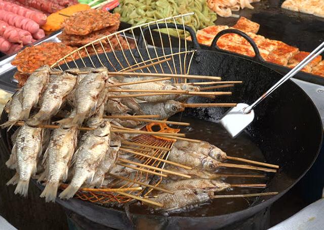 Đặc trưng của ẩm thực tại Trương Gia Giới Phượng Hoàng cổ trấn là nhiều dầu mỡ và cay