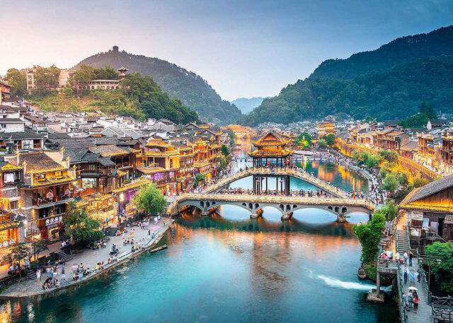 Cầu Hồng Kiều là điểm tham quan đặc sắc tại Phượng Hoàng cố trấn