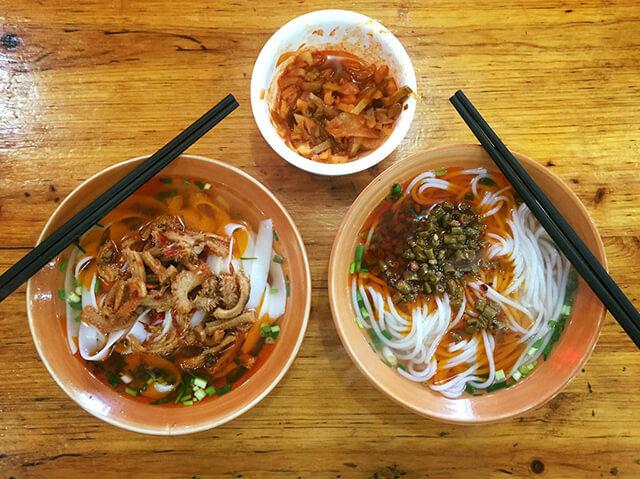 Tại Phượng Hoàng trấn cổ có nhiều món mì thơm ngon, hương vị dễ ăn