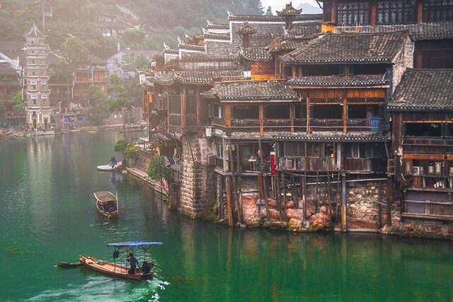 Khám phá sông Đà Giang bằng thuyền là trải nghiệm rất đáng để thử