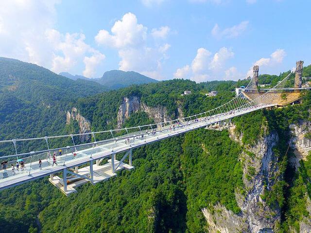 Cầu kính thiên độ nối 2 đỉnh núi trong công viên Trương Gia Giới đang giữ nhiều kỉ lục thế giới