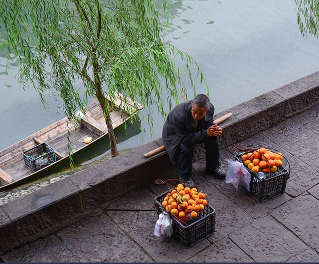 Hoa quả tại trấn cổ Phượng Hoàng rất tươi và ngon