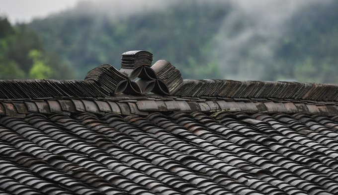 Mái ngói của nhà sàn gỗ ở Miêu Trại