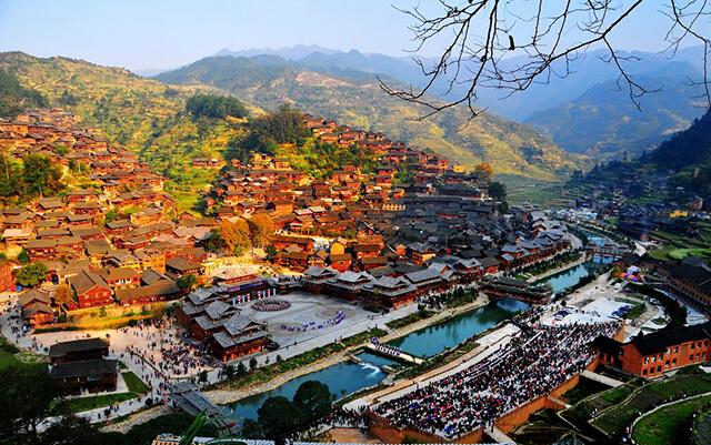 Miêu trại Phượng Hoàng cổ trấn là điểm đến không được bỏ lỡ khi du lịch Quý Châu 6 ngày 5 đêm