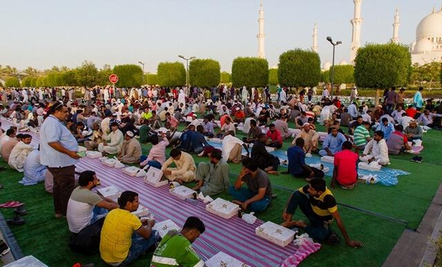 Trong tháng ăn chay Ramadan các tín đồ hồi giáo sẽ nhịn ăn từ lúc mọc trời mọc cho đên khi mặt trời lặn