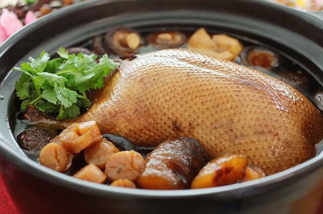 Vịt hầm tiết gạo nếp được chế biến cầu kì, mang đến hương vị vô cùng mới lạ