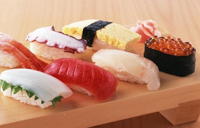 Nigri sushi gồm cơm và hải sản phía trên