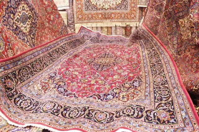 Thảm Ba Tư có những hoa văn tự dệt vô cùng đẹp mắt.