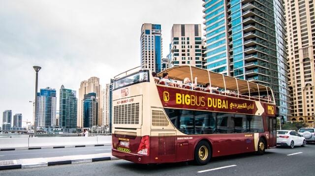 Bạn có thể đi xe bus công cộng để đi tham quan toàn thành phố Dubai.
