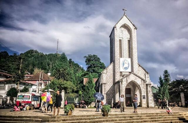 Đến nhà thờ đá để chiêm ngưỡng lối kiến trúc của người Pháp, tham gia nhiều hoạt động văn hóa của đồng bào các dân tộc thiểu số dịp cuối tuần
