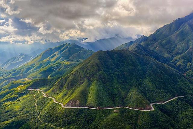 Đứng trên đèo Ô Quy Hồ để ngắm trọn cảnh núi non trùng điệp của Sapa