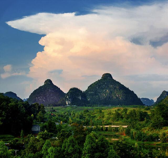 """Ngọn núi linh thiêng """"Đôi gò bồng đào"""" ở Quý Châu Trung Quốc."""