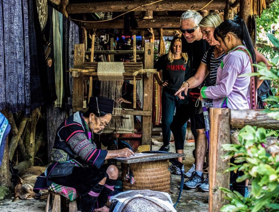 Trải nghiệm ở làng dệt vải của người H'Mông