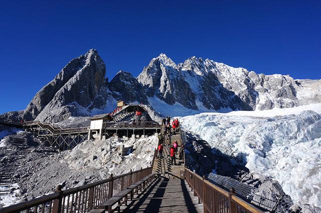 Ngọn núi Ngọc Long Tuyết Sơn quanh năm có tuyết