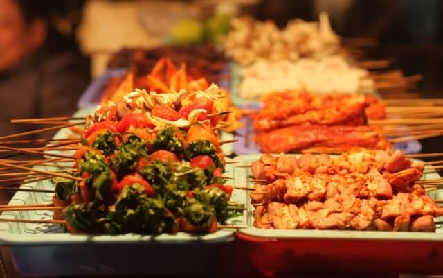 Những xiên que nướng thơm ngon, đa dạng dễ dàng bắt gặp ở chợ đêm Sapa.
