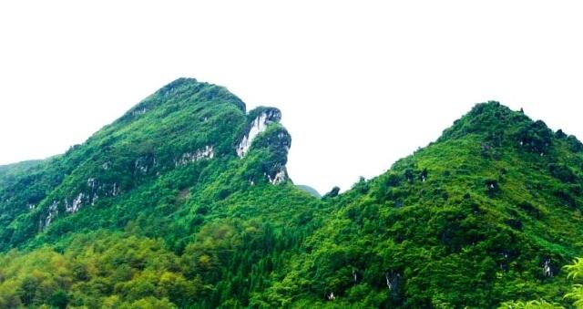 Núi Hàm Rồng sừng sững, nhô cao như chiếc hàm của một con rồng.