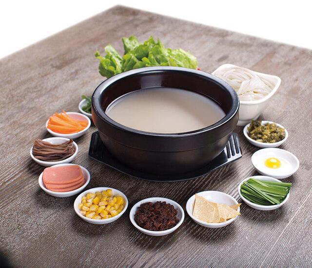 Món bún qua cầu được chế biến từ nhiều nguyên l