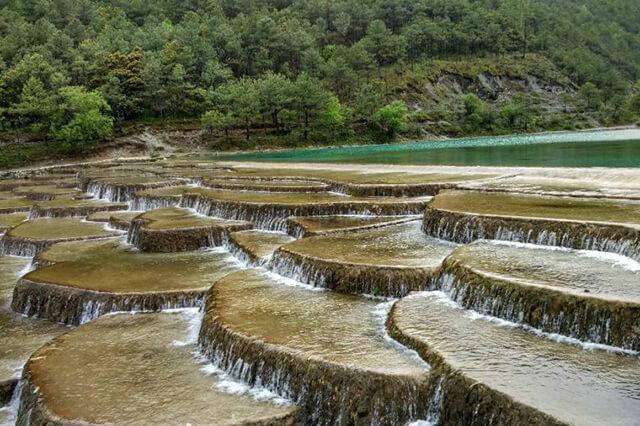 Thời điểm lí tưởng nhất để tham quan Bạch Thủy Hà Lệ Giang là mùa hè và mùa thu