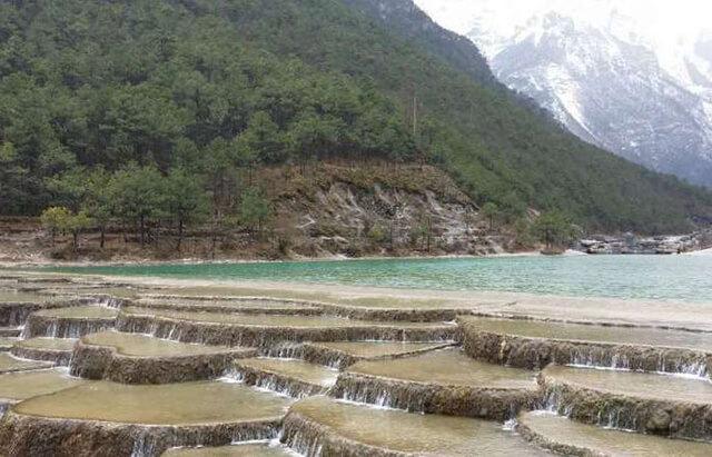 Nước sông Bạch Thủy Hà được nuôi dưỡng từ lớp tuyết tan của núi Ngọc Long Tuyết Sơn